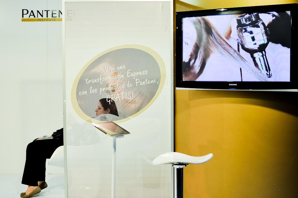 """Una señora espera mientras le hacen tratamiento capilar y otros cuidados con los productos """"Pantene"""" en uno de los stands del Asunción Fashion Week llevado a cabo en el salón de eventos de la Conmebol (Luque). (Elton Núñez)"""