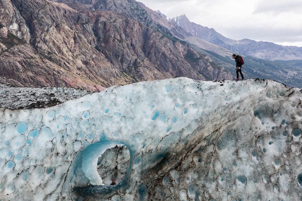 Un guía de montaña camina por la pared de hielo en el Glaciar Viedma, durante el recorrido denominado Viedma Pro, que permite a los aventureros recorrer distintos tramos en el hielo. (Tetsu Espósito).
