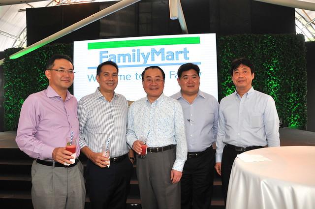 Isamu Nakayama (President, FamilyMart Japan), Bobby Dy (EVP and COO, Ayala Land), Junji Ueda (Chairman and CEO, FamilyMart Japan), Anton Huang (President, Philippine FamilyMart), Junichi Yamashita (Chairman, Philippine FamilyMart)