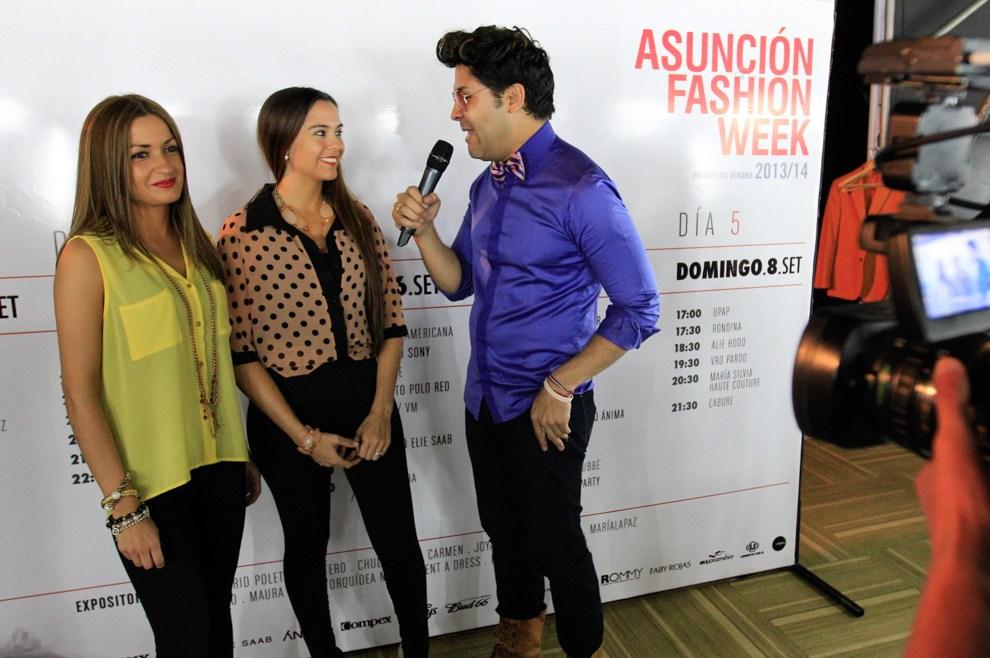 El organizador del Asunción Fashion Week realiza una entrevista a dos diseñadoras. (Tetsu Espósito)