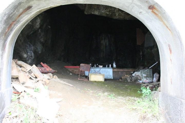 洞穴の中。壁面の白い紋様を加藤は「白蛇の化身」と崇めていたそうです。