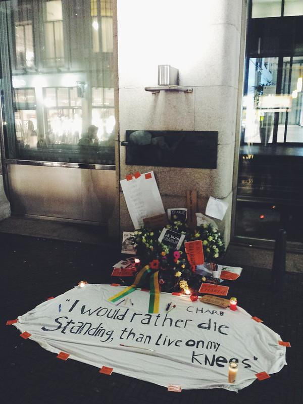 #JeSuisCharlie bloemenkrans bij Nieuwspoort