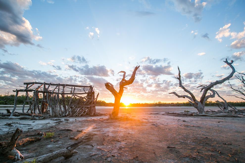 """Los primeros rayos del sol bañan el paisaje en Laguna Capitán. En este lugar se filmó el cortometraje """"Karaí Norte"""". (Tetsu Espósito)."""