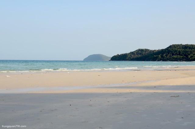 Biển rất trong xanh và hoang sơ