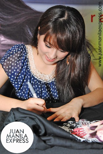 Jinri Park signing on the T-shirt Design #1.