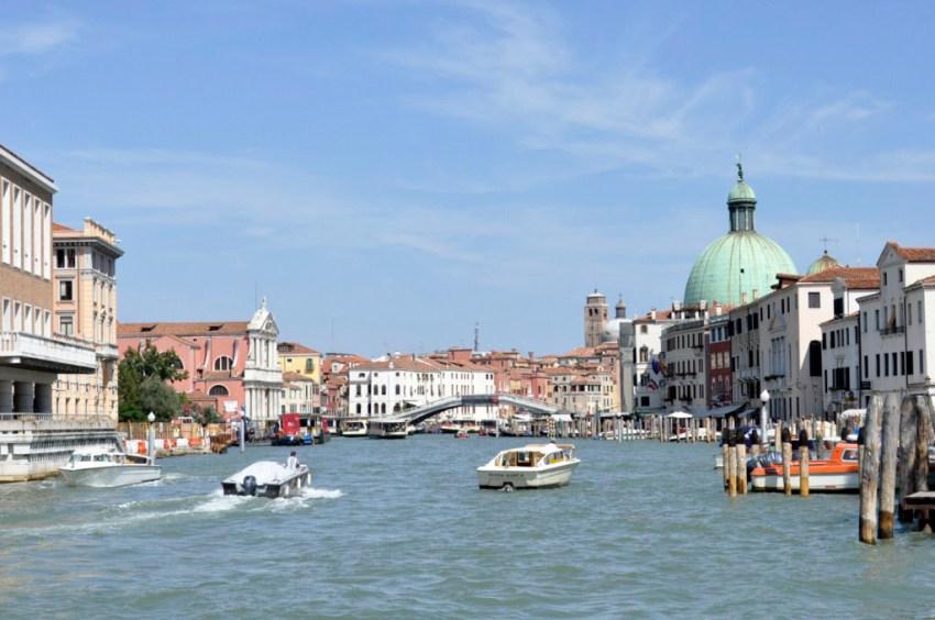 La primera imagen que se tiene al tomar el Vaporetto y navegar por los canales deja una estampa impresionante, algo único, una ciudad sin parangón.