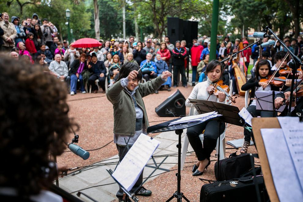 Un niño dirige a la orquesta de Sonidos de la Tierra en el homenaje realizado a Asunción en la Plaza Uruguaya. (Tetsu Espósito)