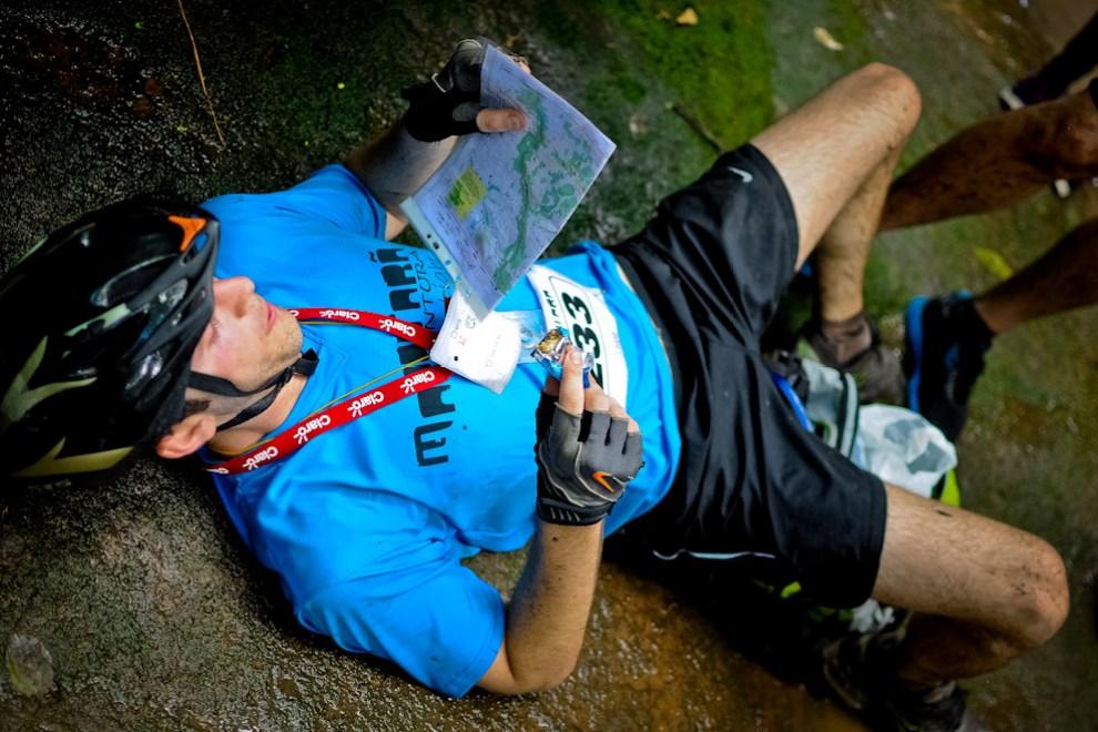 En un arroyo cerca del puesto 4, un ciclista descansa sobre una piedra para alimentarse ligeramente y estudiar su mapa de manera a retomar la orientación y continuar su carrera. (Elton Núñez)