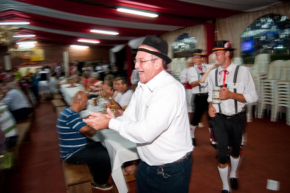 Visitantes de la colectividad alemana de 25 de Mayo de Misiones, Argentina, bailan las polcas alrededor del público en el patio de comidas ambientado con música de orquesta folclórica, en el Chopp Fest de Colonia Obligado. (Elton Núñez)