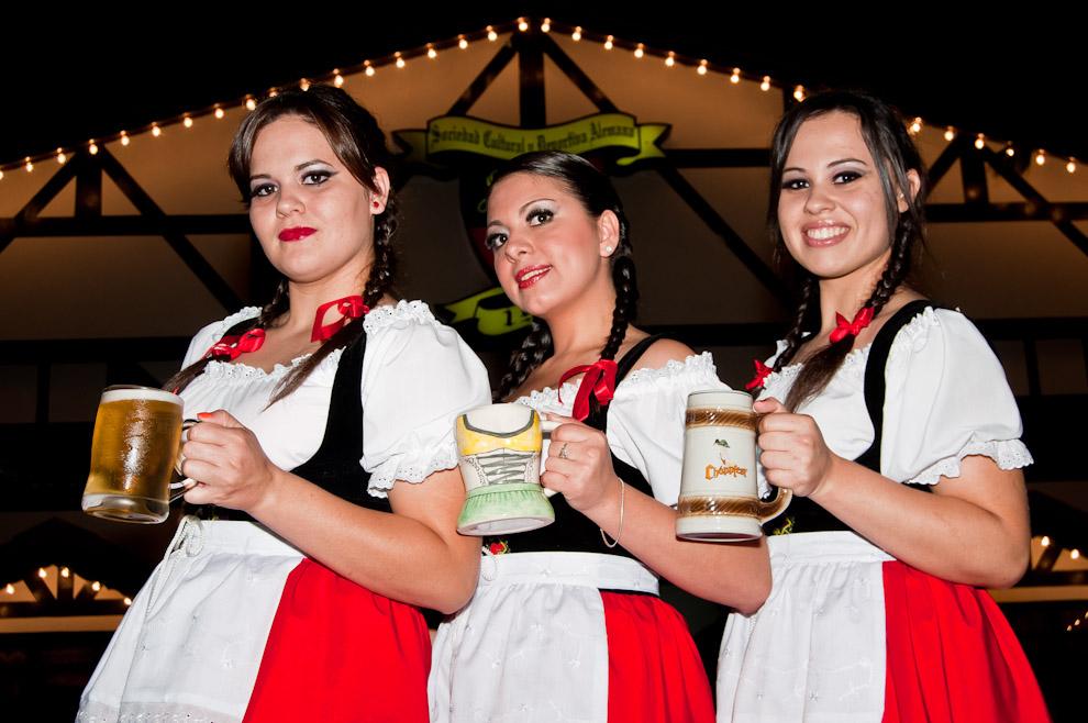 Hermosas mujeres vestidas con la ropa tradicional alemana posan frente a la sede social del Club Alemán de Colonia Obligado en la noche del 10 de Noviembre. (Elton Núñez)