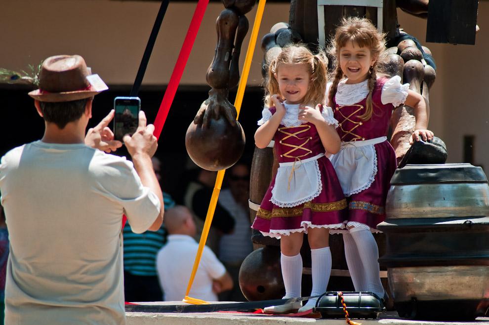 Uno de los hermanos Krug obtiene una imagen de sus hijas vestidas con la ropa tradicional de las mujeres alemanas en la mañana del domingo 11 de Noviembre, en el último día de la semana de la cerveza en Colonia Obligado. (Elton Núñez)