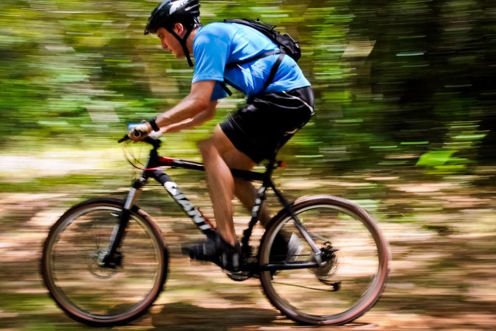 Un ciclista avanza rumbo al puesto de control número 5 a toda velocidad a bordo de su bicicleta. (Elton Núñez)