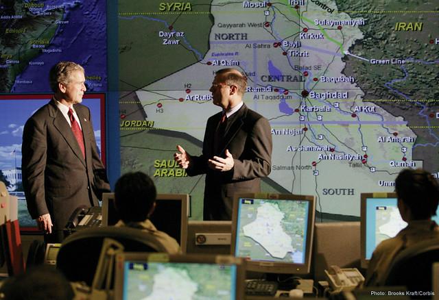 O ex-Presidente George W. Bush recebe um informe no Centro de Inteligência Conjunta (JIC, na sigla em inglês) do Comando Central (CENTCOM), localizado na Flórida, no dia 26 de março de 2003. Seu governo é acusado de torturar suspeitos de terrorismo em espaços aéreos de quatro continentes, com a cumplicidade de outros governos aliados. Foto: CIA.gov