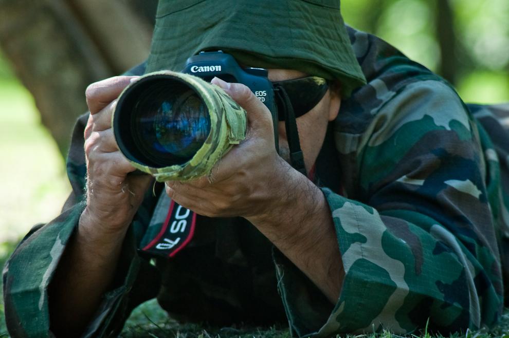 Un observador de aves utiliza atuendo de camuflaje para penetrar el bosque y permanecer invisible, con esta ayuda aumenta sus posibilidades de estar más cerca de las aves y fotografiarlas. (Elton Núñez)