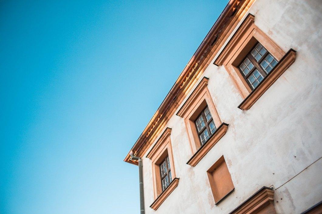 Imagen gratis de una casa blanca con el cielo azul de fondo