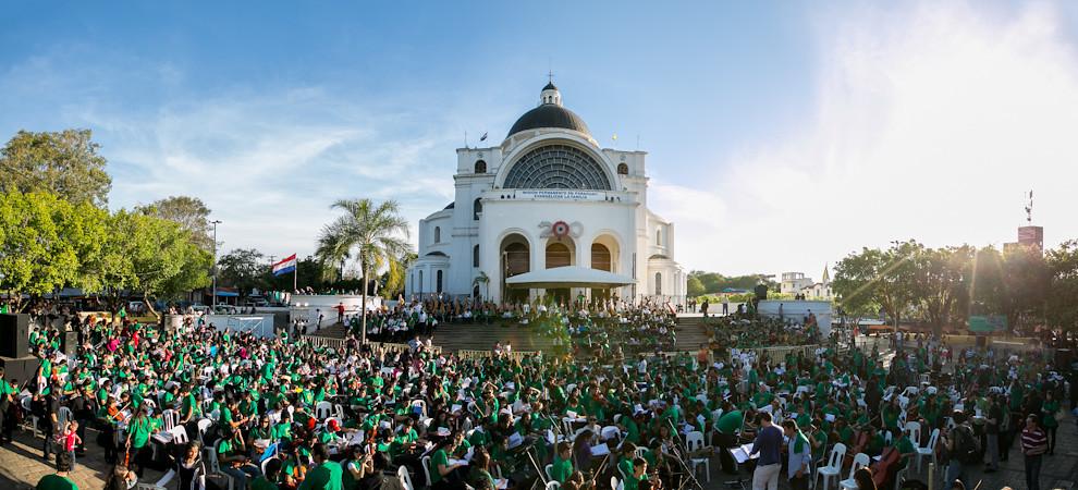 Una vista panorámica de la preparación de los músicos frente a la basílica en las últimas horas de la tarde, antes del inicio del megaconcierto. (Tetsu Espósito)