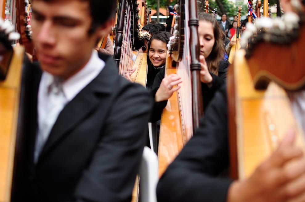 Una niña sonríe mientras ejecuta el arpa durante el megaconcierto de arpas en la Plaza Uruguaya el domingo 15 de Julio en horas de la mañana, concierto convocado y dirigido por el maestro Luis Szarán. (Elton Núñez)
