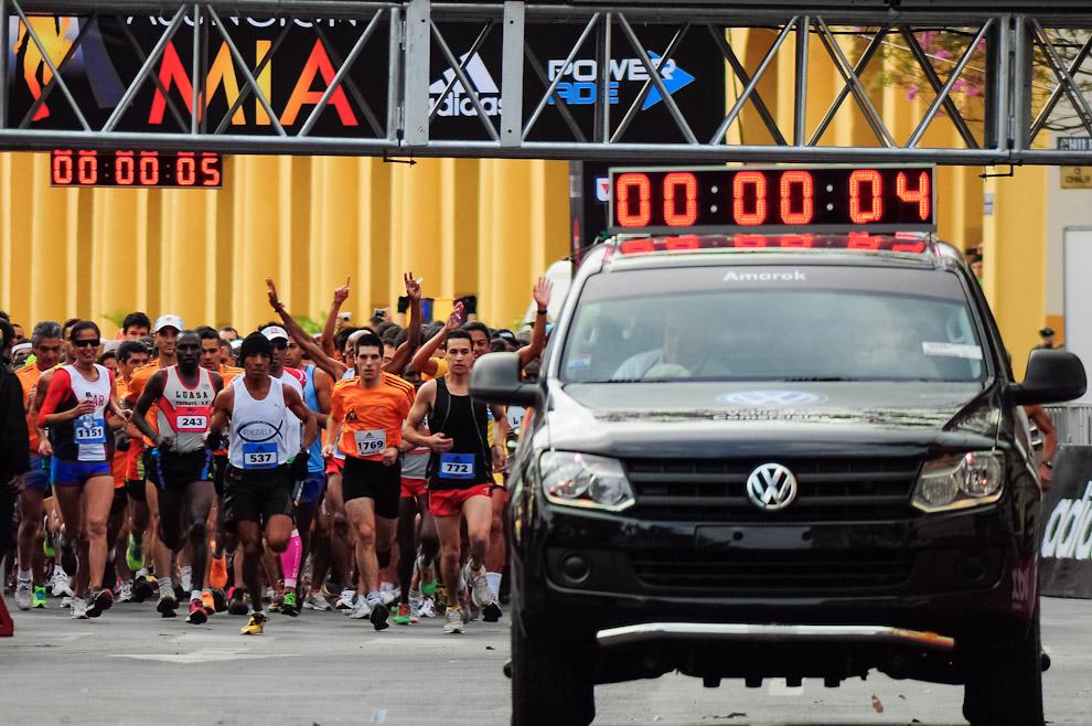 Los atletas participantes del Maratón Internacional de Asunción arrancan desde la Avda. Paraguayo Independiente frente a la Plaza Mayor del Cabildo y el Edificio de la Comandancia de la Policía Nacional. Todos los competidores de todas las categorías salen juntos en una gran masa de gente, que después con la distancia se va separando. (Elton Núñez)