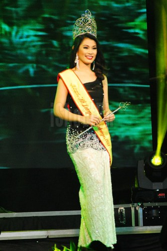 Bb. Lungsod ng Batangas 2012 Jeanne Janiza B. Delgado made her final walk and passed on her crown to the new Bb. Lungsod ng Batangas 2013 winner.