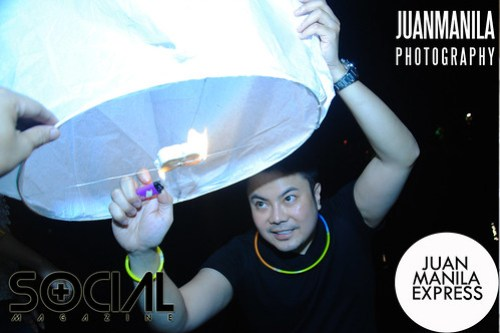 Each fuel cell has a wick. Light the fuel cell thru the wick and wait for the sky lantern to fill up with hot air.