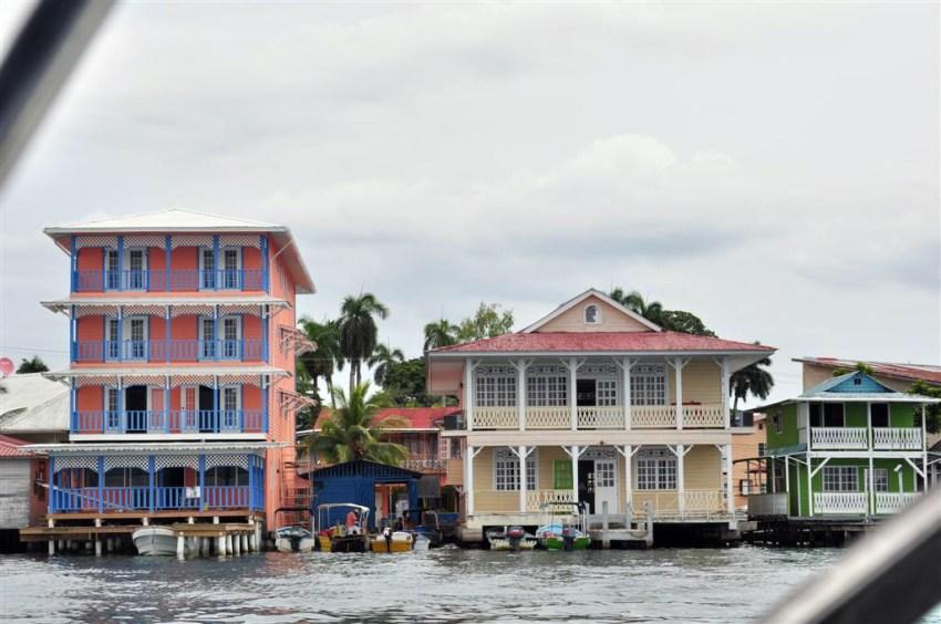 Hoteles del pueblo de Bocas, como todas las construcciones coloniales, con vistas al mar