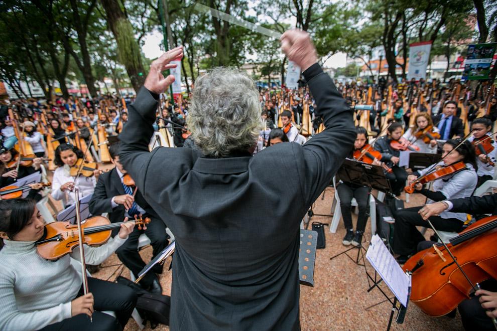 El Maestro Luis Szarán dirige a la orquesta de Sonidos de La Tierra, conformada por niños y jóvenes provenientes de distintas ciudades del interior que ejecutaron distintos instrumentos y más de 400 arpas. (Tetsu Espósito)