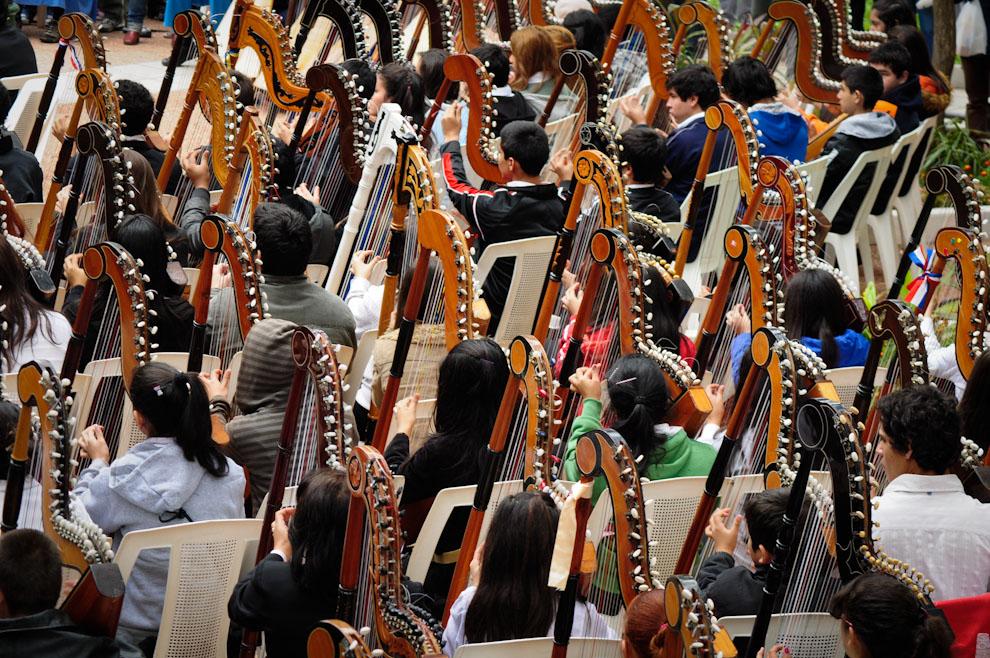 400 arpistas provenientes de varias ciudades del país se juntaron el domingo 15 de Julio a la mañana para brindar un espectacular concierto al aire libre en presencia del público y los medios de prensa. (Elton Núñez)