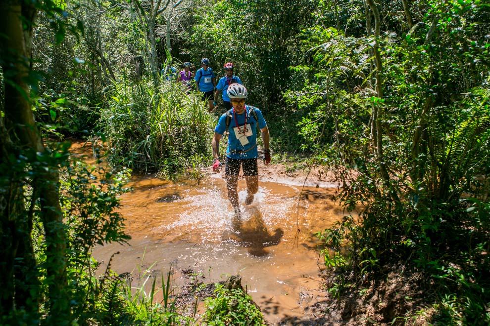 Después de dejar su bicicleta, un participante cruza un pequeño arroyo rumbo a uno de los puestos de control para proseguir al siguiente destino. (Tetsu Espósito)