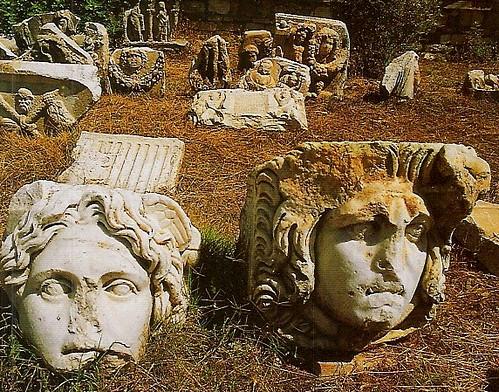 Todo el entorno de las ruinas de Afrodisias está plagado de imponentes esculturas que un día dieron vida a la ciudad.