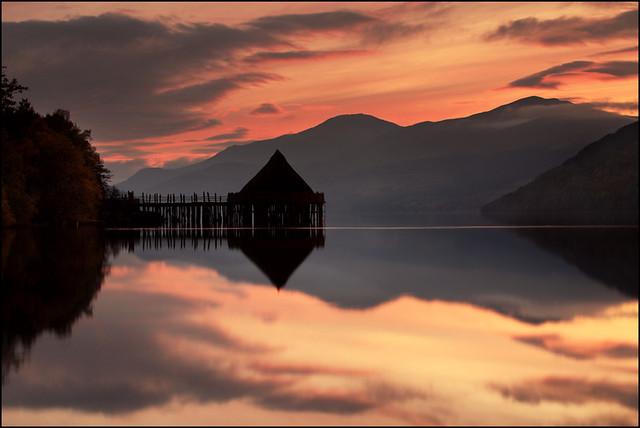 Una escena con una temperatura de color baja: Crannog Loch Tay por Angus Kline