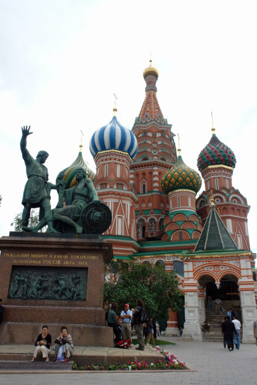 Los héroes del levantamiento soviético contra la invasión polaca Minin y Pozharsky custodiando la entrada de la Catedral de San Basilio.