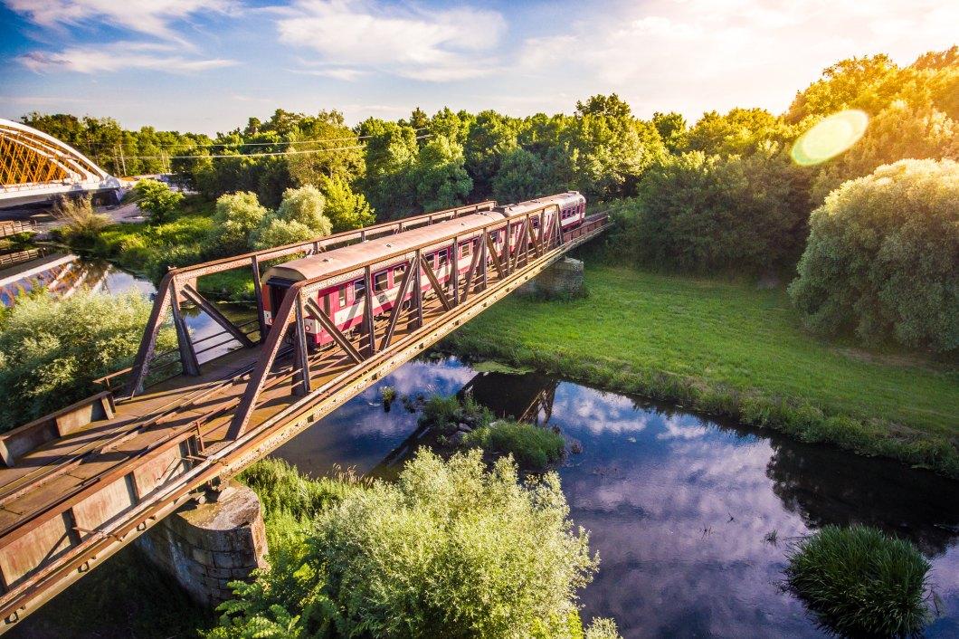 Imagen gratis de un tren cruzando un bonito rio