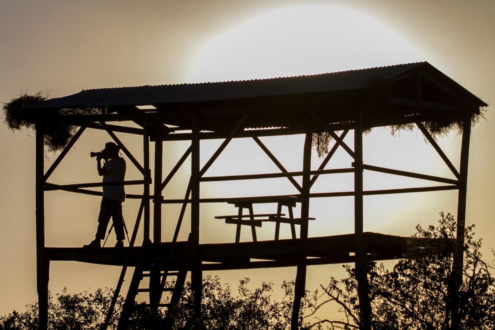 Desde lo alto del mirador en Chaco Lodge se puede observar la Laguna Flamenco, que en los meses de Julio y Agosto recibe la visita de cientos de flamencos. (Tetsu Espósito)