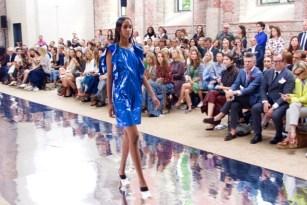 Trend 2017: Glänzende Volants. (Credit: Fashion-Meets-Media.com)