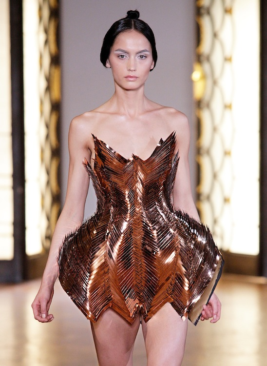 IRIS VAN HERPEN AH1213 - Look 12 pfw haute couture on FashionDailyMag
