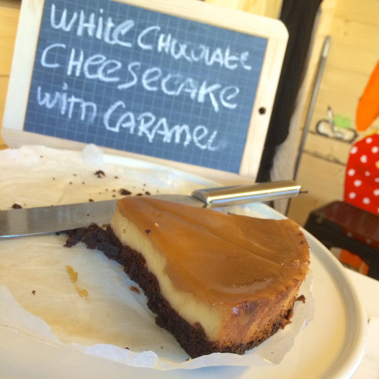 http://i2.wp.com/fatgayvegan.com/wp-content/uploads/2015/06/white-chocolate-cheesecake-with-caramel.jpg?fit=1280%2C1280