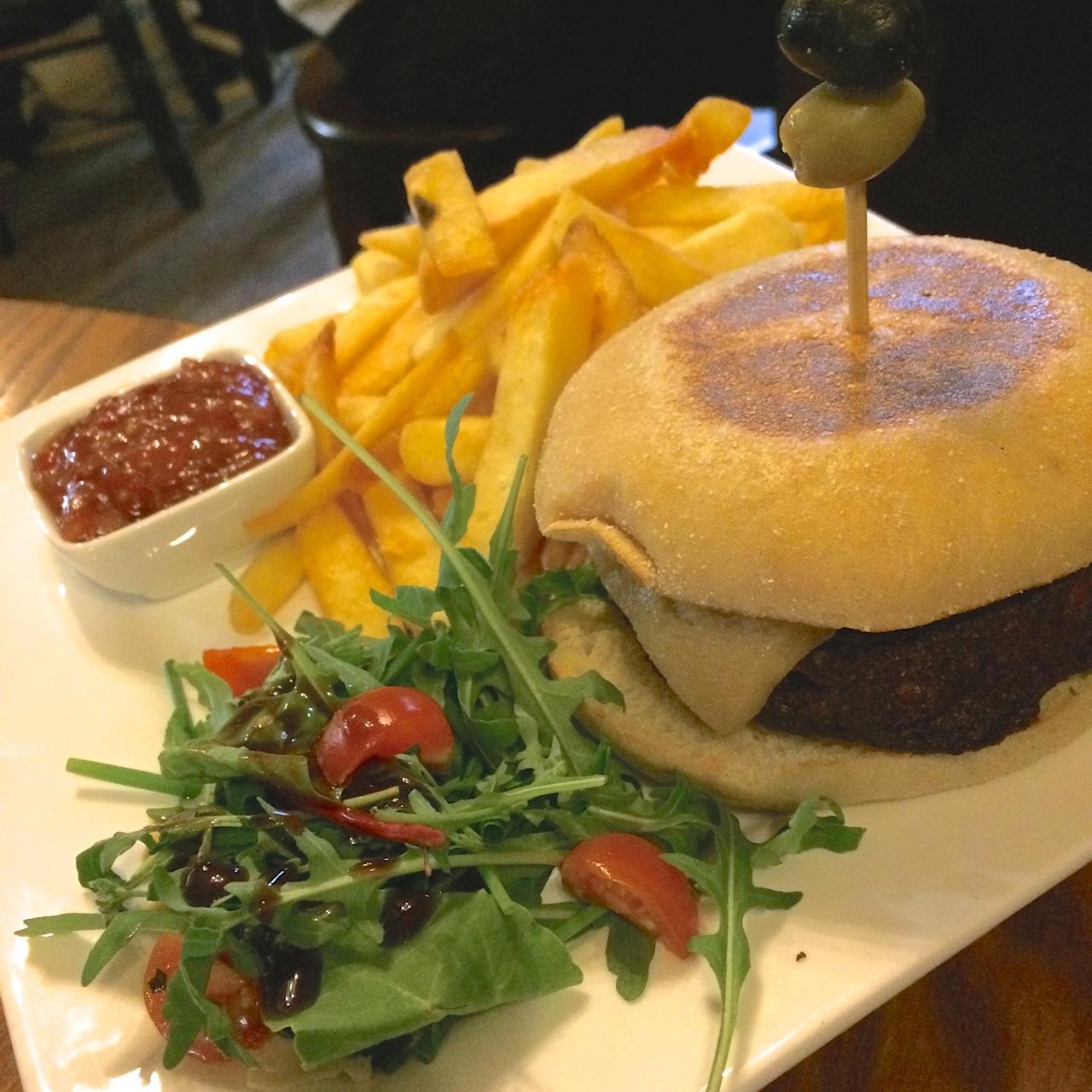 http://i2.wp.com/fatgayvegan.com/wp-content/uploads/2015/08/Burger-and-chips-vegan.jpg?fit=1280%2C1280