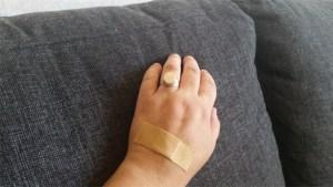 Beige plåster på beige hand
