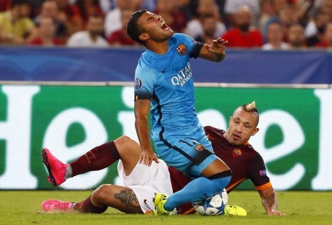 AS Roma's Radja Nainggolan (R) challenges Barcelona's Rafinha during their Champions League Group E stage match at the Olympic stadium in Rome, Italy , September 16, 2015. REUTERS/Tony Gentile