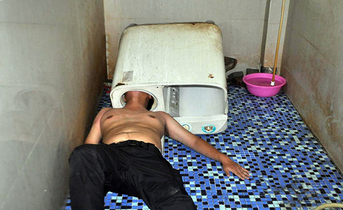 Chinese-Guy-Gets-Head-Stuck-Inside-The-Washing-Machine (2)