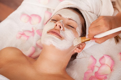 How To Use Bentonite Clay Masks For Beautiful, Glowing Skin