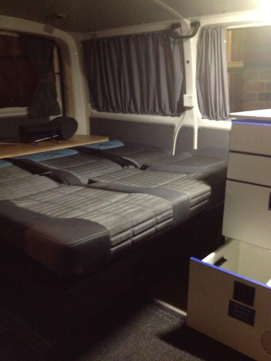 Schlafbett mit aufgeklappter 3er-Sitzbank