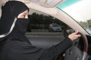 Mujer saudí conduciendo. Foto: EFE