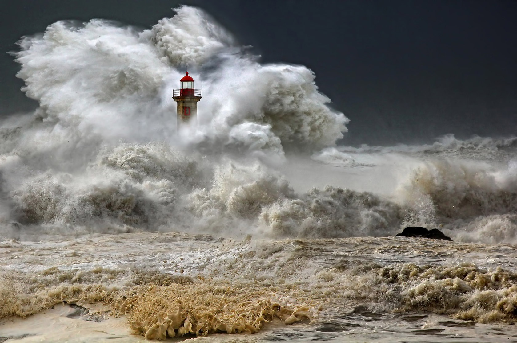 lighthouse_waves_storm