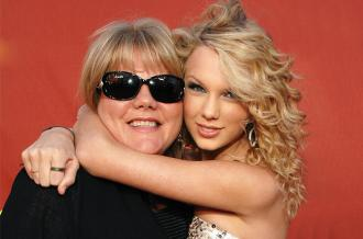 Taylor Swift (right) and mother Andrea Swift (Photo by Rick Diamond/WireImage)