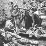 Kolona 15. majevičke brigade u susretu sa ranjenim borcima 2. dalmatinske brigade, koji su ranjeni na Barama. Snimljeno 9.VI 1943. na Milinkladama, kod Sutjeske, za vreme 5. neprijateljske ofanzive. U prvom planu susret Dese Koštak, rukovodioca SKOJ-a 15. majevičke brigade s ranjenom drugaricom Biserkom Đukić iz 2. dalmatinske brigade