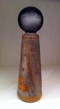 KOKESHI Perle, gravée fleurs de cerisiers - Grès poli, gravé, sigillé, enfumé (H23cm) (2015)