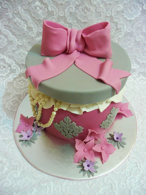 damask-medallion-jewellery-box-cake