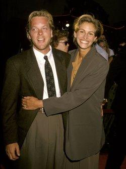 Julia-Roberts-smiled-snuggled--fiancé-Kiefer-Sutherland