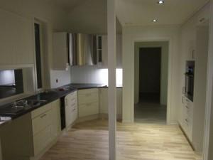 På veggene rundt platetoppen skal det monteres Kitchen Board.